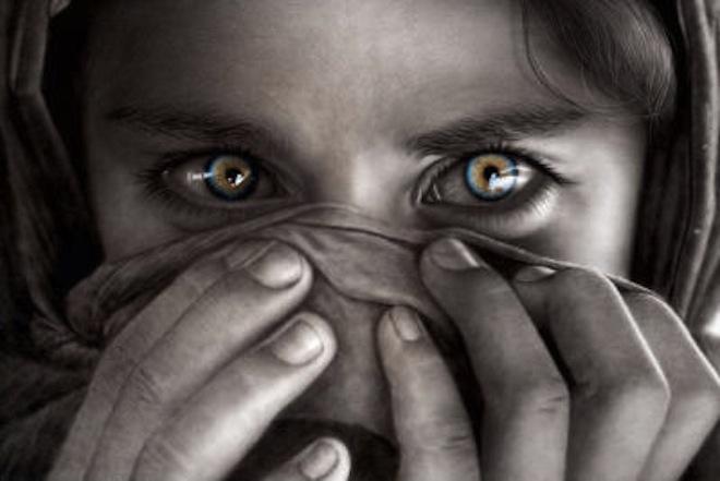 occhi dietro burqa